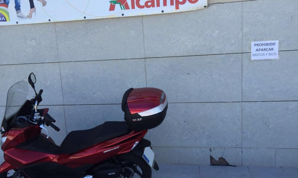 moto_mal_aparcada_alcampo