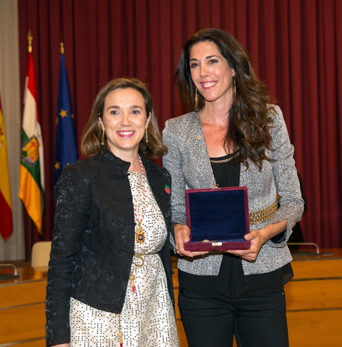 Carlota Castrejana recoge la Insignia de San Bernabé que le otorgó el Ayuntamiento de Logroño en 2016   Foto: Ayuntamiento de Logroño