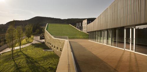 Vista exterior de la bodega, donde se puede apreciar la techumbre en desnivel cubierta de vegetación. | Foto: R. Lafuente (Gobierno de La Rioja)