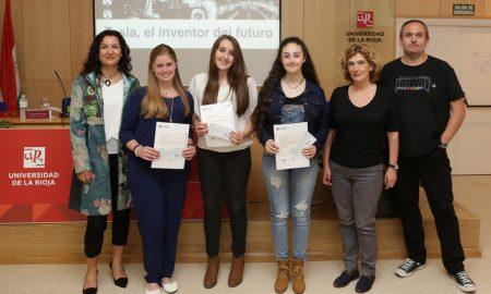 Mónica León, las ganadoras Alba Pérez, Sara Picos y MaríaTubío; la vicerrectora de Investigación, Belén Ayestarán; y Javier Pedreira 'Wicho'.