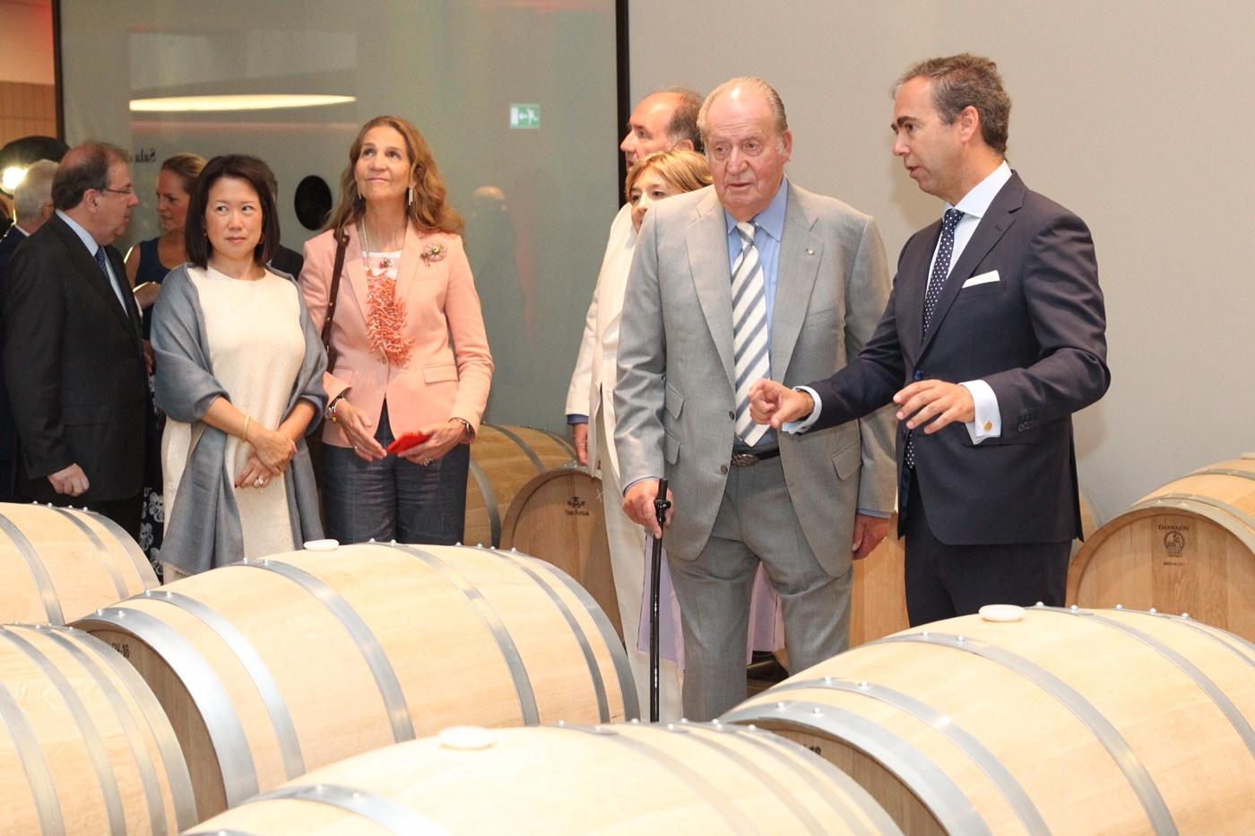 Король Хуан Карлос посетил открытие новой винодельни Ротшильдов