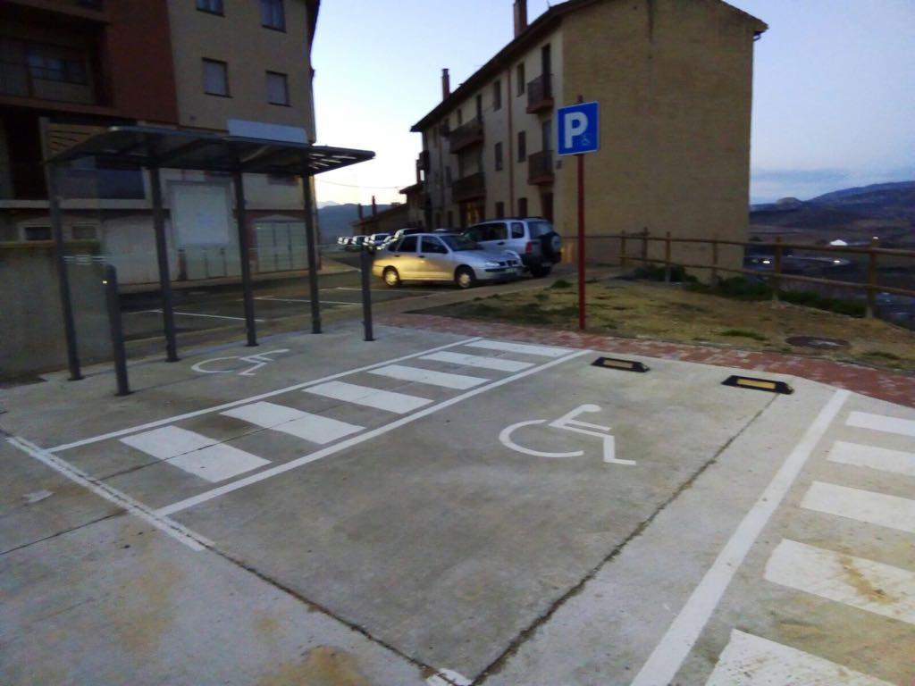 Haro instala una parada de autob s sobre una plaza de for Plaza de aparcamiento