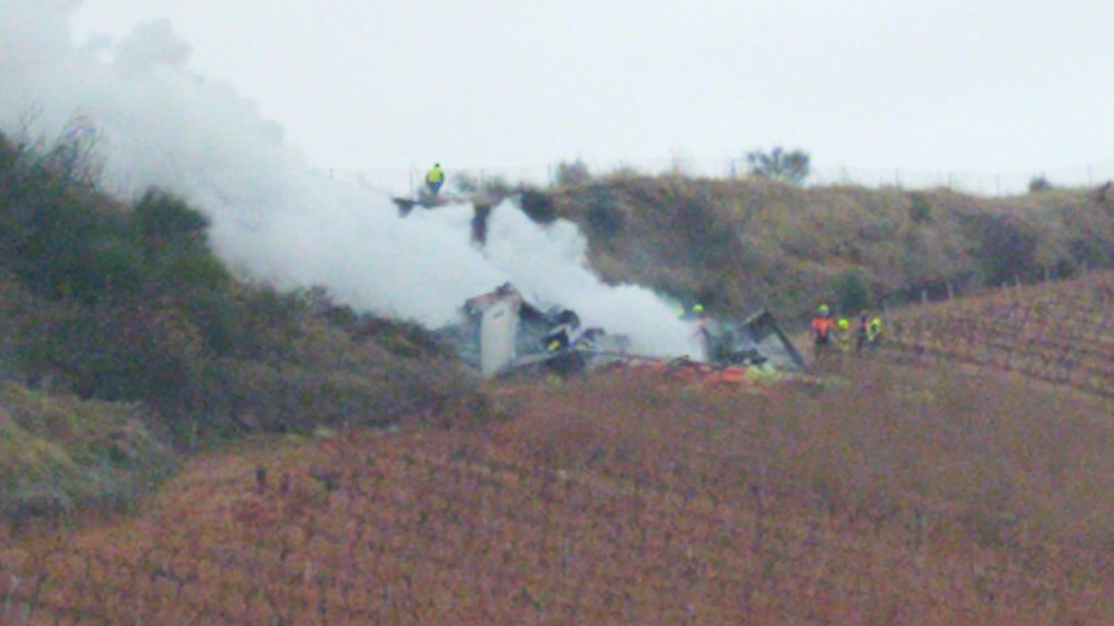 Fallece un camionero al caer con el camión a una viña y arder en la AP-68 en Cenicero